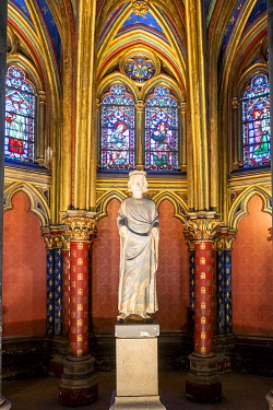 HMS3527019 France, Paris, Ile de la Cite, Sainte Chapelle, stained glass windows of the Lower Chapel, Saint Louis statue