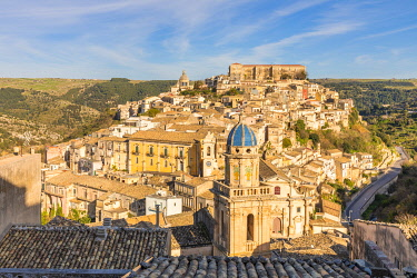 CLKGA115338 Elevated view of the church of Santa Maria dell'Itria and Ragusa Ibla in the background, Ragusa, Sicily, Italy