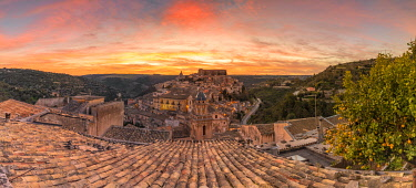 CLKGA115357 Close up of a typical rooftop with the enchanting hilltop city of Ragusa Ibla in the background at sunrise, Ragusa, Sicily, Italy