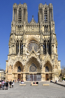 HMS3526233 France, Marne, Reims, Notre Dame cathedral, Notre Dame Cathedral, facade and pedestrian plaza