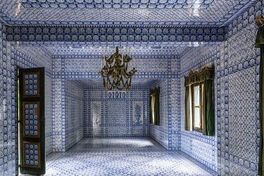 HMS3652948 France, Yvelines (78), Montfort-l'Amaury, Groussay castle, interior of the Tartar tent wallpapered with Delft earthenware tiles
