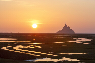 HMS3523194 France, Manche, Mont Saint Michel bay, listed as World Heritage by UNESCO, the bay and Mont Saint Michel during fall high tides from the Roche Torin