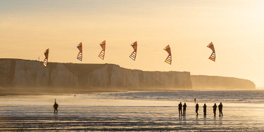 HMS3534221 France, Somme, Ault, team of cervicists who trains synchronized kite flying on the beach of Ault near the cliffs at sunset