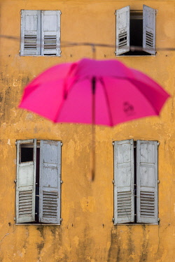 HMS3568939 France, Alpes-Maritimes, Grasse, historic center, pink umbrella of the Place aux Aires