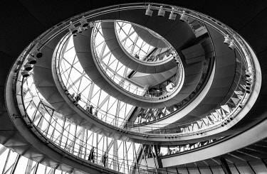 ENG16469AW The interior helical staircase of London City Hall, London. England