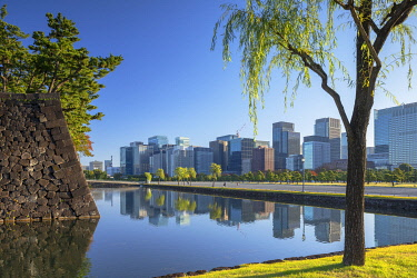 JAP2225AW Skyscrapers of Marunouchi and moat of Imperial Palace, Tokyo, Japan