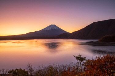 JAP2341AW Mount Fuji and Lake Motosu at dawn, Yamanashi Prefecture, Japan
