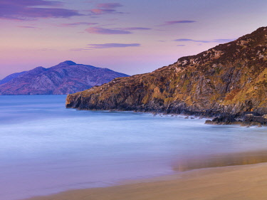 IRL1069AW Ireland, Co.Donegal, Inishowen, Derryveagh mountains, Slieve Snaght and Ballymastocker bay at dusk