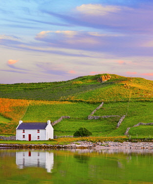 IRL1079AW Ireland, Co.Donegal, Rosapenna, Downings, traditional Irish, cottage reflected (PR)