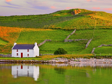 IRL1086AW Ireland, Co.Donegal, Rosapenna, Downings, traditional Irish, cottage reflected (PR)