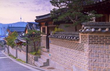 SKO451AW Traditional houses in Bukchon Hanok village at dawn, Seoul, South Korea
