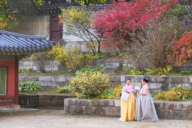 SKO458AW Tourists wearing traditional Korean clothes in Changdeokgung Palace (UNESCO World Heritage Site), Seoul, South Korea