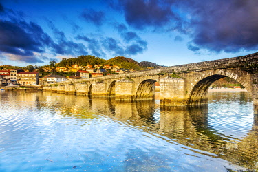 SPA9594 Spain.Galicia. Arcade. The Puente Sampaio a magnificent Roman bridge where an important battle against Napoleon s troops happened in 1809. This links the Camino Portuges towards Santiago de Compostela
