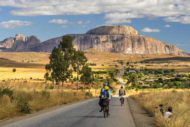 IBLKWR04990627 National 7 RN7 in front of Bonnet de l'Eveque Bischofshut Bishop's Cap mountain, Ambavalao, Ihosy district, Madagascar, Africa
