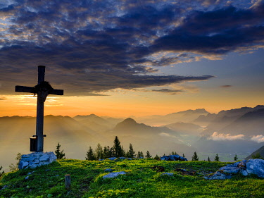 IBXHEB05030565 Ahornbuchsenkopf with summit cross, view at sunrise on alpine panorama, Osterhorn group, Dachstein and Tennen Mountains, Golling, Salzburger Land Austria, Europe