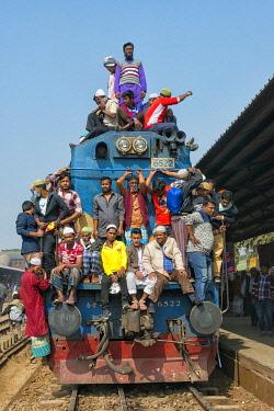 AS03KSU0088 Overcrowded train loaded with pilgrims at the end of Bishwa Ijtema, Dhaka Train Station, Bangladesh
