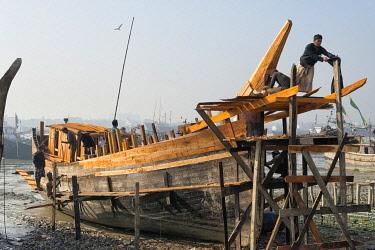 AS03KSU0268 Building a fishing boat in the harbor, Chittagong, Bangladesh.
