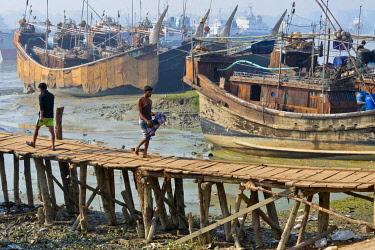 AS03KSU0270 Fishing boats on Kamaphuli River in the harbor, Chittagong, Bangladesh.