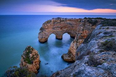 POR10841AW Double Sea Arch, Praia da Marinha, Caramujeira, Lagoa, Algarve, Portugal