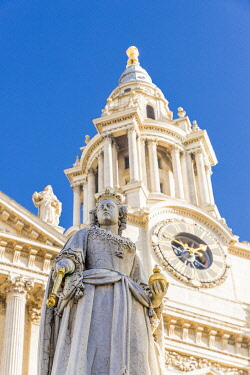 ENG16570AWRF Statue of Queen Anne, St Paul's Cathedral, London, England