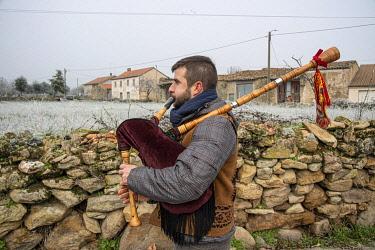 POR10882AW A musician playing bagpipe during the Winter Solstice Festivities. Vila Ch�A? da Braciosa, Miranda do Douro. Portugal