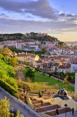 POR10915AW Graça and Castelo districts and S�A?o Jorge castle. Lisbon, Portugal