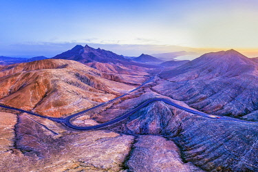 ES265RF Spain, Canary Islands, Fuerteventura, mountain road crossing the volcanic landscape near Sicasumbre astronomical viewpoint