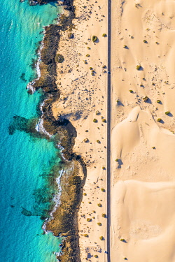 ES09754 Spain, Canary Islands, Fuerteventura, aerial view of road crossing Corralejo Dunes Natural Park