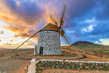 ES09777 Spain, Canary Islands, Fuerteventura, La Oliva, traditional windmill