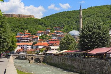EU48KSU0022 Stone bridge, Sinan Pasha Mosque and houses in the old town on the banks of the Prizren Bistrica River, Prizren, Kosovo