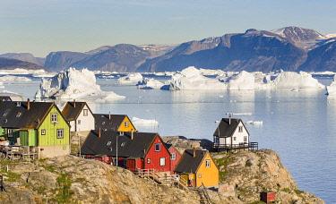 GR01MZW1912 Town of Uummannaq, northwest Greenland, located on an island in the Uummannaq Fjord System, Nuussuaq Peninsula in the background.