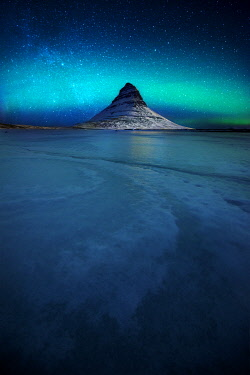 ICE42339AW Northern lights over the Kirkjufell mountain in winter, Snaefellsnes Peninsula, Iceland