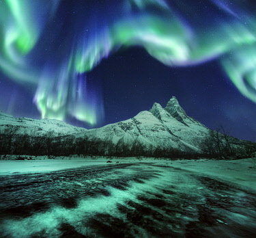 NOR1200AW Northern lights over Mount Otertinden in the Tromso region, Norway