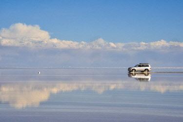 SA03KSU0108 Jeep driving on the reflected surface of the salt flat, Salar de Uyuni, Potosi Department, Bolivia.