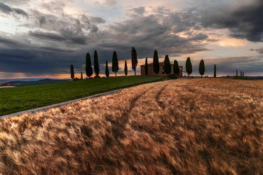 ITA15340AW Countryhouse near Pienza during a cloudy sunset in summer, Val d'Orcia, Tuscany, Italy