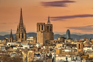 SPA9744AW City skyline and Cathedral of the Holy Cross and Saint Eulalia, Barcelona, Catalonia, Spain