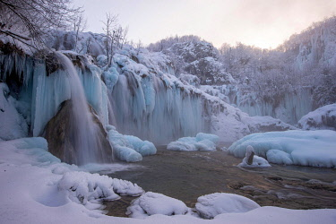 IBXYUC05122782 Frozen waterfall, winter landscape, Plitvice, Croatia, Europe