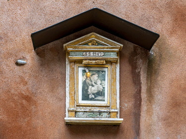 IBXYUC05134894 Small wayside shrine with St. Anthony on a house wall, Venice, Veneto, Italy, Europe