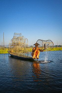 MYA2578AW Traditional fisherman fishing on Lake Inle using cylinder fishing nets, Lake Inle, Nyaungshwe Township, Taunggyi District, Shan State, Myanmar