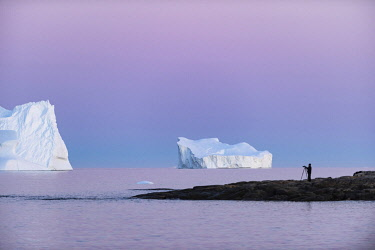 GRN1431 Photographing icebergs at sunset in Disko Bay