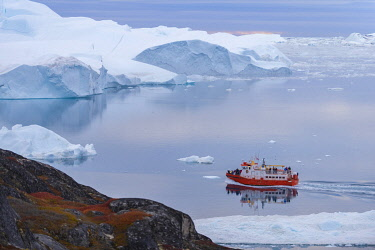 GRN1440 Tour boat sailing into the Kangia Ice fiord