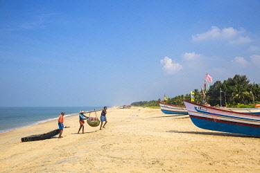 IN04389 India, Kerala, Alleppey - Alappuzha,  Fishermen on Marari Beach