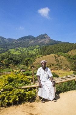 IN04459 India, Kerala, Munnar, Farmer sitting by roadside