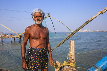IN04480 India, Kerala, Cochin - Kochi, Fort Kochi, Fisherman on a Chinese fishing net