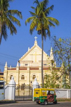 IN04483 India, Kerala, Cochin - Kochi, Fort Kochi, Auto rickshaw passing infront of the Santa Cruz Cathedral Basilica