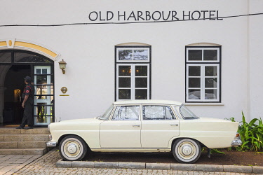 IN04499 India, Kerala, Cochin - Kochi, Fort Kochi, Classic Mercedes-Benz car infront of Old Harbour Hotel