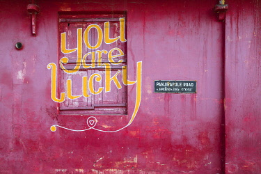 IN04506 India, Kerala, Cochin - Kochi, Mattancherry, red building with You are lucky painted on it