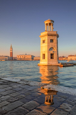 CLKEV125844 The lighthouse of San Giorgio Maggiore, Venice, Veneto, Italy