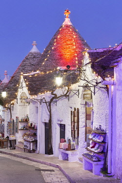 CLKFB124481 Traditional trullo house illuminated by christmas lights. Unesco World Heritage Site, Alberobello, Province of Bari, Apulia, Italy