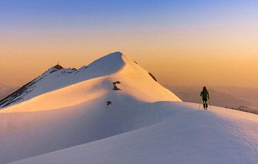 CLKGM129383 The snow capped ridge and summit of Punta degli Spiriti, Geister spitze, Stelvio pass, Stilfser joch, Bormio, So ndrio district, Alps, Lombardy, Italy